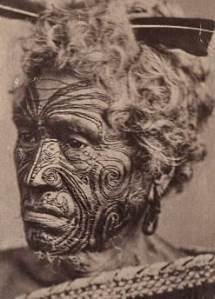 Homme_maori_au_visage_tatoué